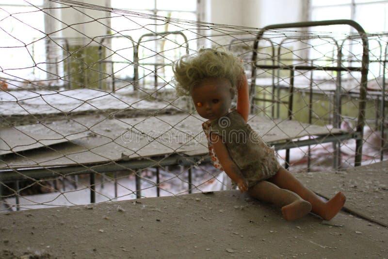 Muñeca quebrada durante la evacuación después de la catástrofe de Chernóbil de Pripyat imagenes de archivo