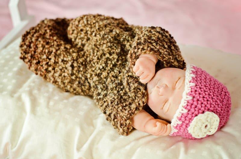 Muñeca recién nacida de la muchacha el dormir foto de archivo libre de regalías