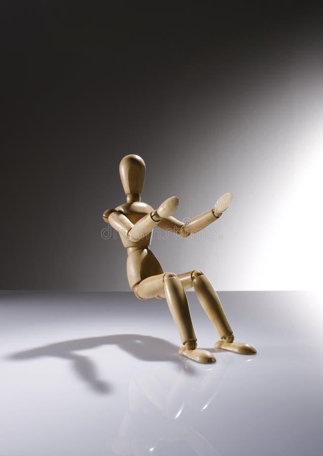 Muñeca simulada de madera que se sienta sin una silla imagen de archivo libre de regalías