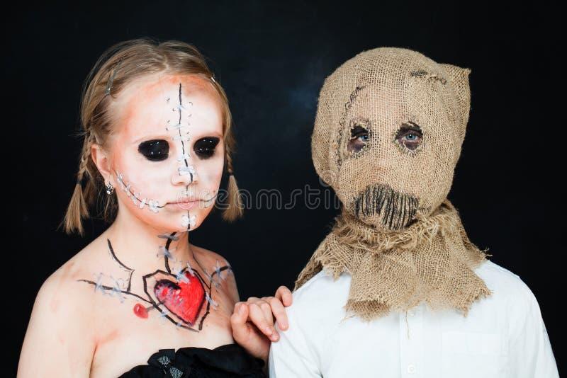 Muñeca y efigie de paja muertas de Halloween Muchacho y muchacha con hola fotografía de archivo