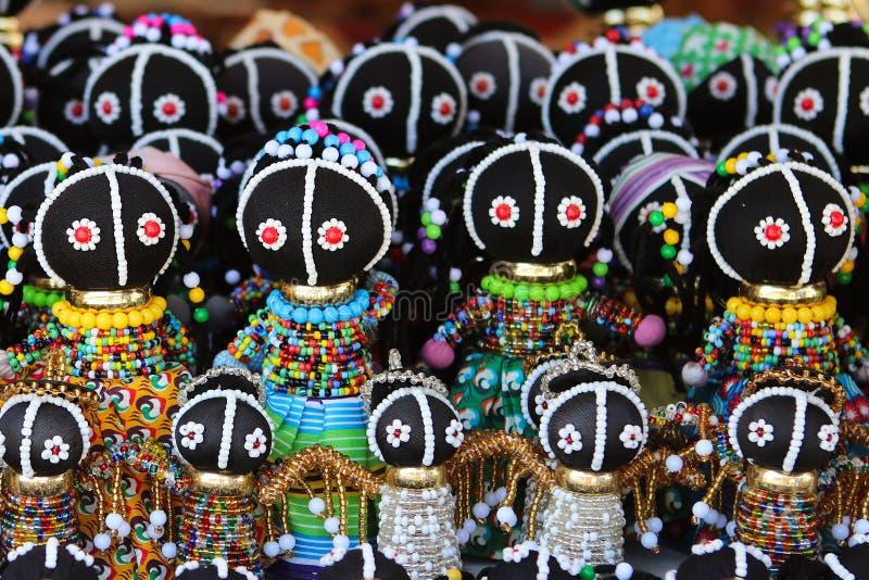 Muñecas africanas tradicionales en el mercado local imagen de archivo libre de regalías