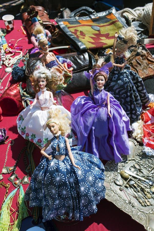 Muñecas, bolsos y objetos de Barbie en un mercado de pulgas en Estambul foto de archivo libre de regalías