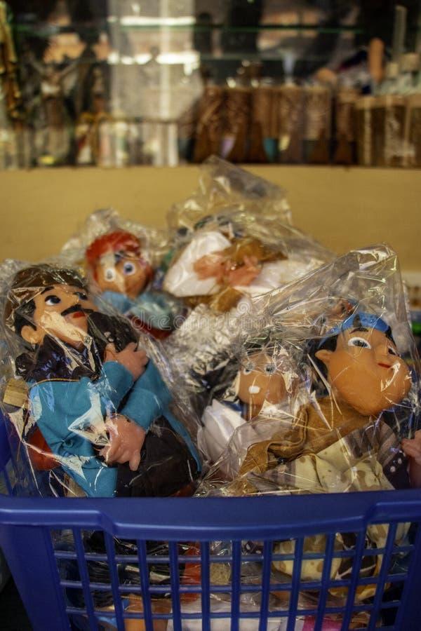 Muñecas coloridas del plástico en vendor's fotografía de archivo