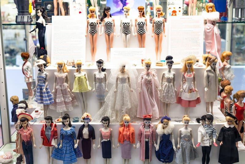 Muñecas de Barbie en Spielzeugmuseum Toy Museum imágenes de archivo libres de regalías