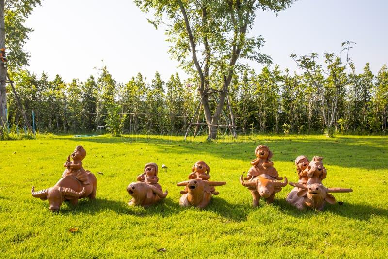 Muñecas de la arcilla que montan el búfalo foto de archivo libre de regalías