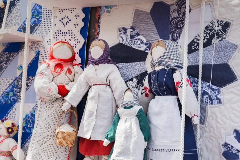 Muñecas de trapo rusas en estilo étnico fotos de archivo libres de regalías