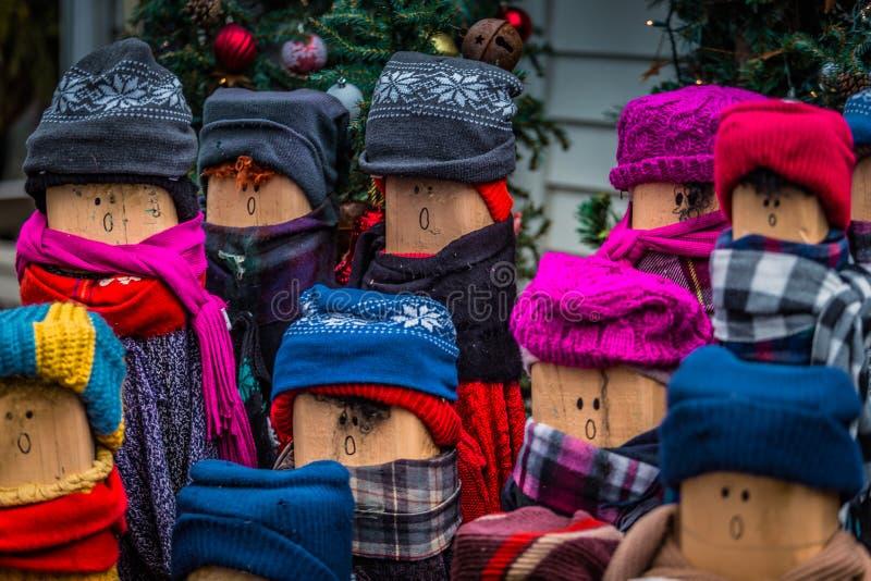 Muñecas del Caroler de la Navidad foto de archivo