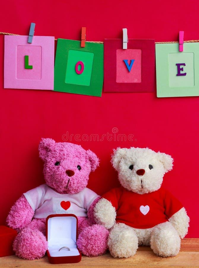 Muñecas del oso con el anillo de bodas fotos de archivo libres de regalías