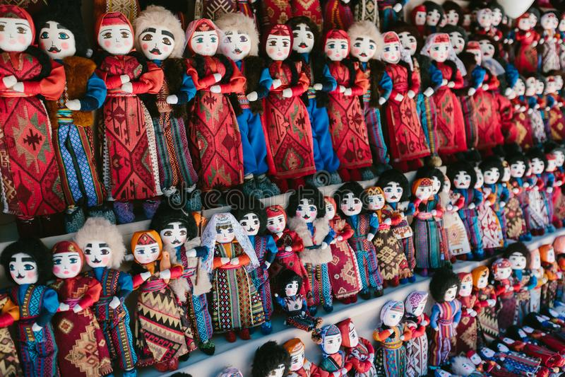 Muñecas en trajes nacionales armenios Mercado de pulgas Vernissage Ereván, Armenia fotografía de archivo libre de regalías