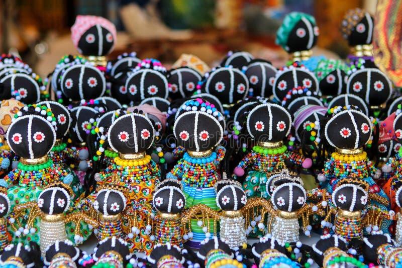 Muñecas hechas a mano africanas étnicas tradicionales con la decoración multicolora de la gota en el mercado local en Cape Town,  imagenes de archivo