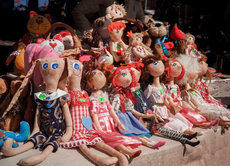 Muñecas hechas a mano de la materia textil que se sientan fotografía de archivo libre de regalías