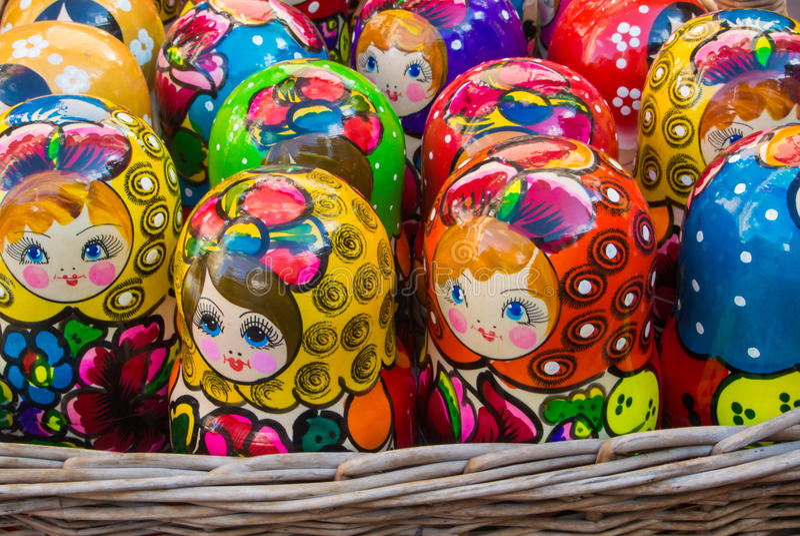 Muñecas rusas brillantes coloridas Matrioshka de la jerarquización en la cesta en el mercado callejero en la calle vieja de Arbat fotografía de archivo