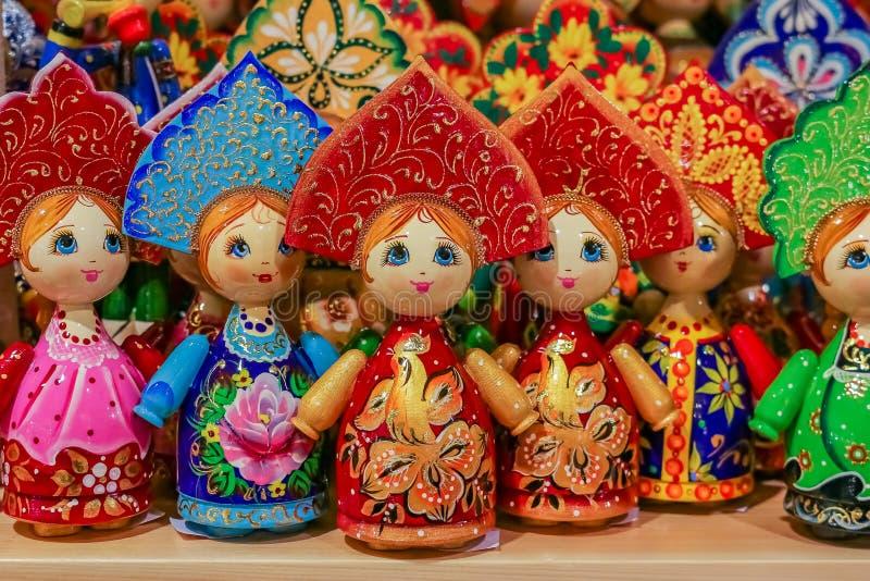 Muñecas rusas tradicionales coloridas de la jerarquización del matryoshka en un souve foto de archivo