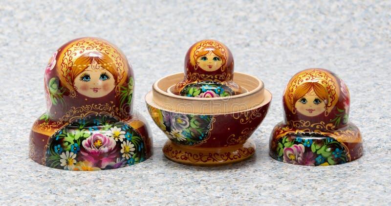 Muñecas rusas tradicionales de la jerarquización del recuerdo del matryoshka foto de archivo