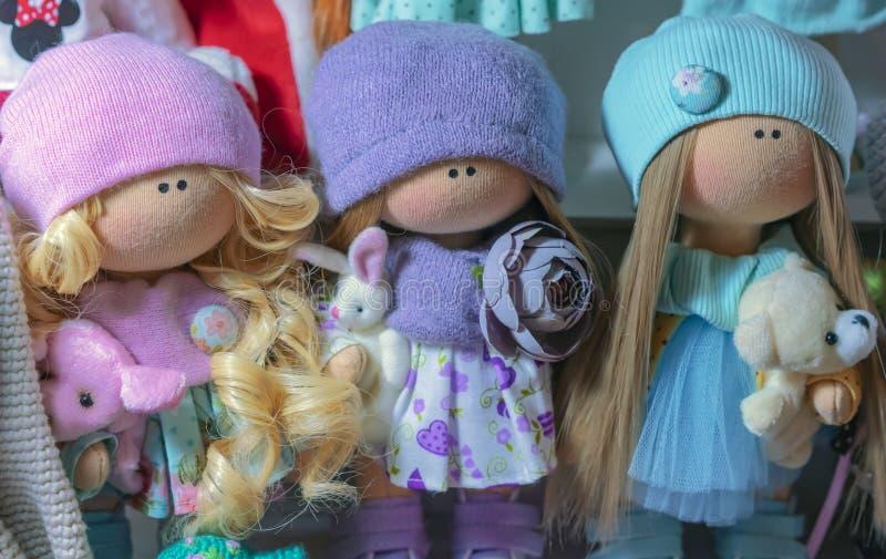 Muñecas suaves de los juguetes en cosas hechas punto brillantes foto de archivo libre de regalías