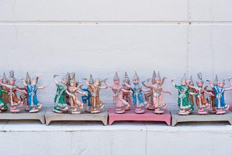 Muñecas tailandesas del bailarín en alcohol de la casa con el adorno plástico Importan fotografía de archivo