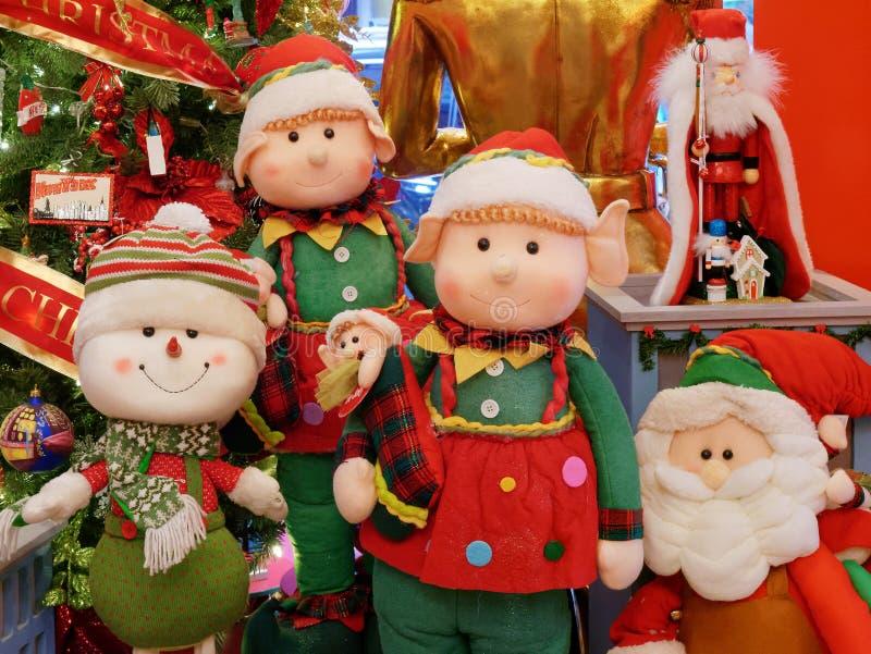 Muñecas y tiempo adornado Nueva York de la Navidad del árbol imagenes de archivo