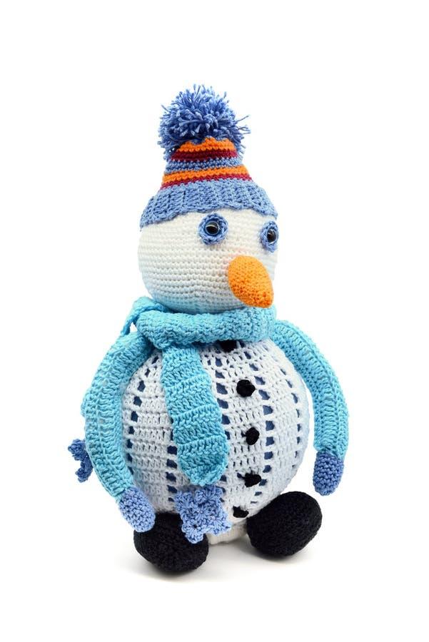 Muñeco de nieve con la bufanda y la zanahoria ganchillo de lanas en el fondo aislado blanco handmade foto de archivo libre de regalías