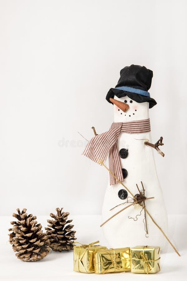 Muñeco de nieve con los paquetes y los conos fotografía de archivo