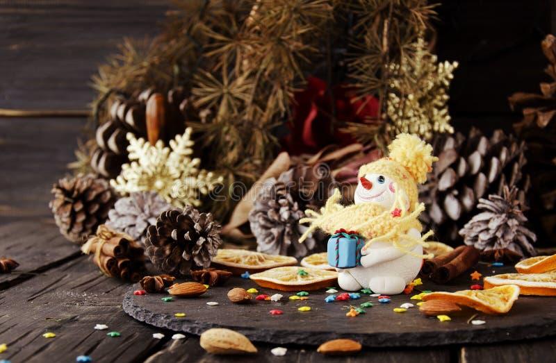 Muñeco de nieve de la estatuilla en el FONDO de la Navidad, foco selectivo fotos de archivo