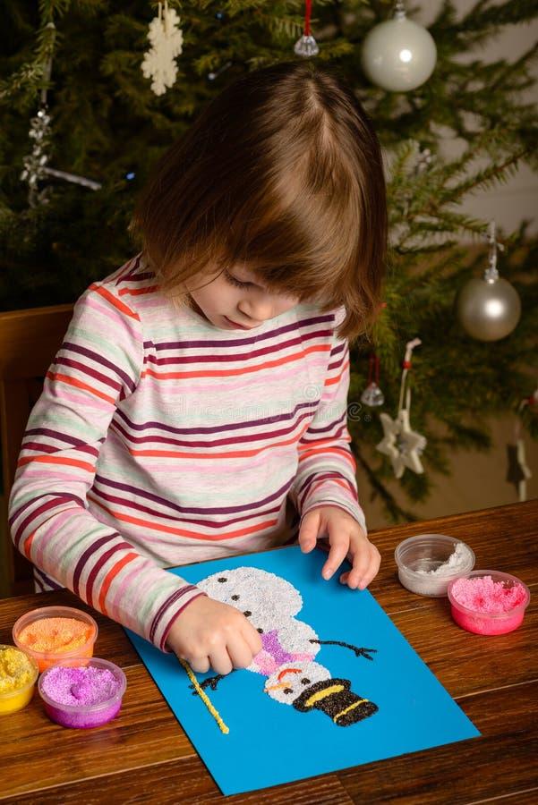 Muñeco de nieve del dibujo de la muchacha del niño fotografía de archivo libre de regalías