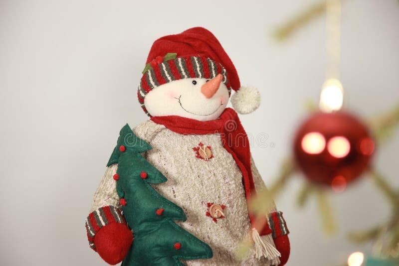 Muñeco de nieve del juguete, árbol de navidad imagen de archivo