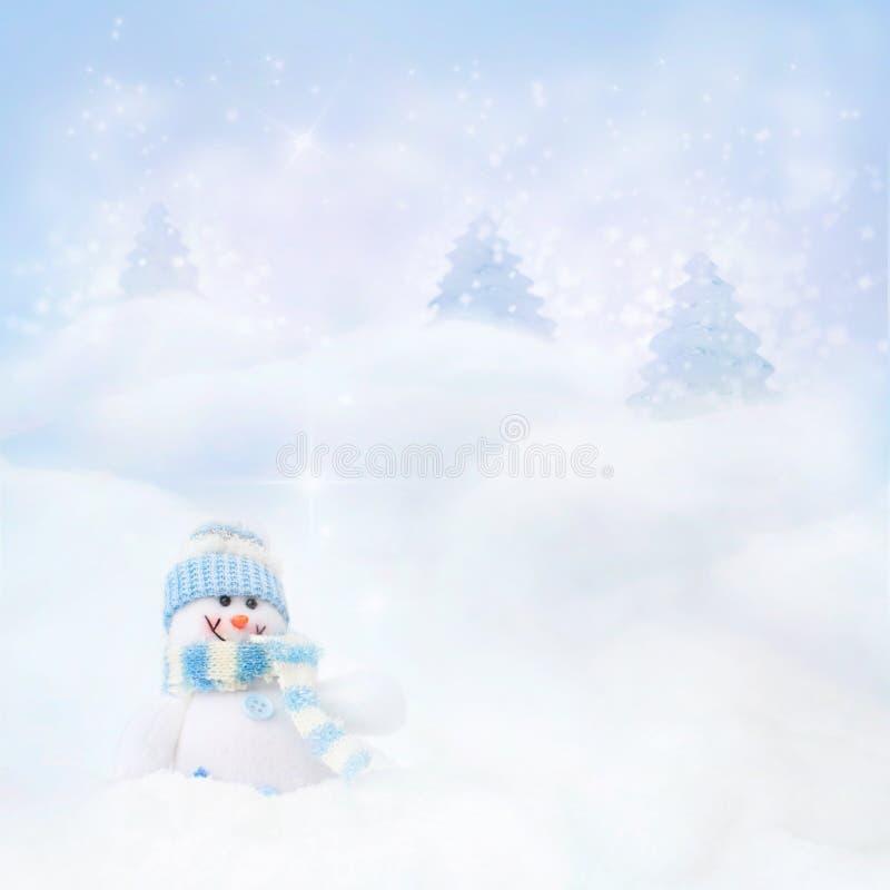 Muñeco de nieve en el fondo del invierno imagenes de archivo