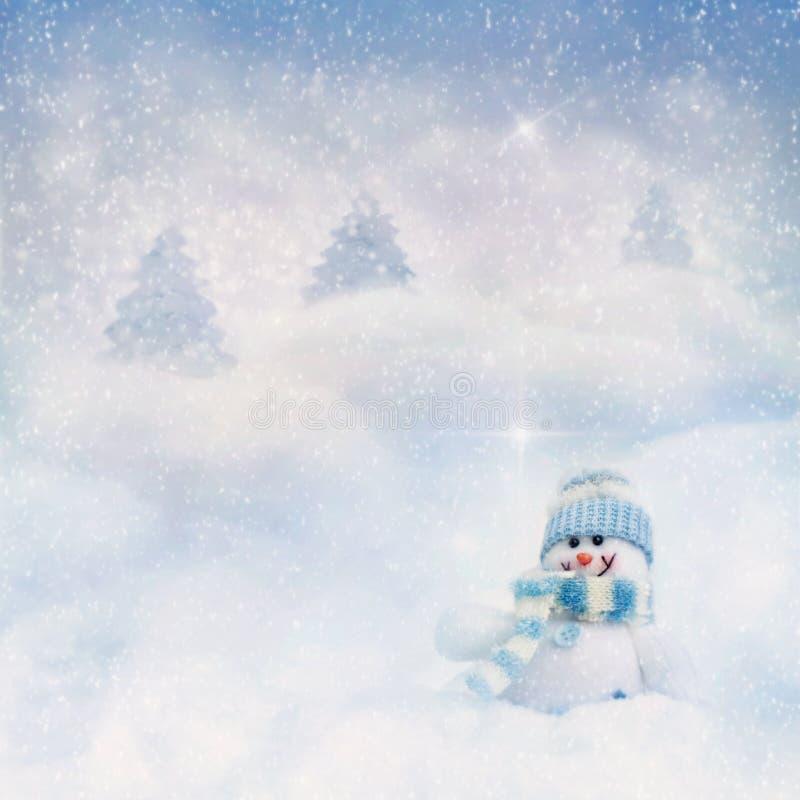 Muñeco de nieve en el fondo del invierno fotografía de archivo libre de regalías