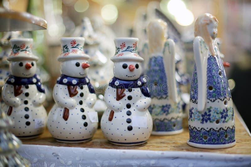 Muñeco de nieve en el mercado de la Navidad fotos de archivo