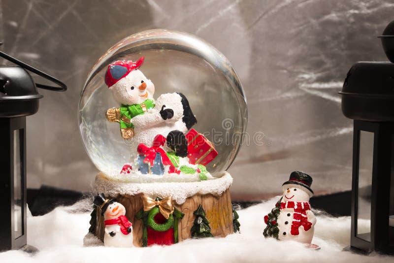 Muñeco de nieve en el snowdome, decoración de la Navidad en casa, nuevo sí feliz fotos de archivo libres de regalías