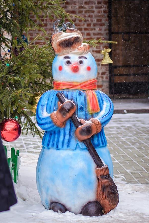 Muñeco de nieve en la yarda en invierno imagen de archivo libre de regalías