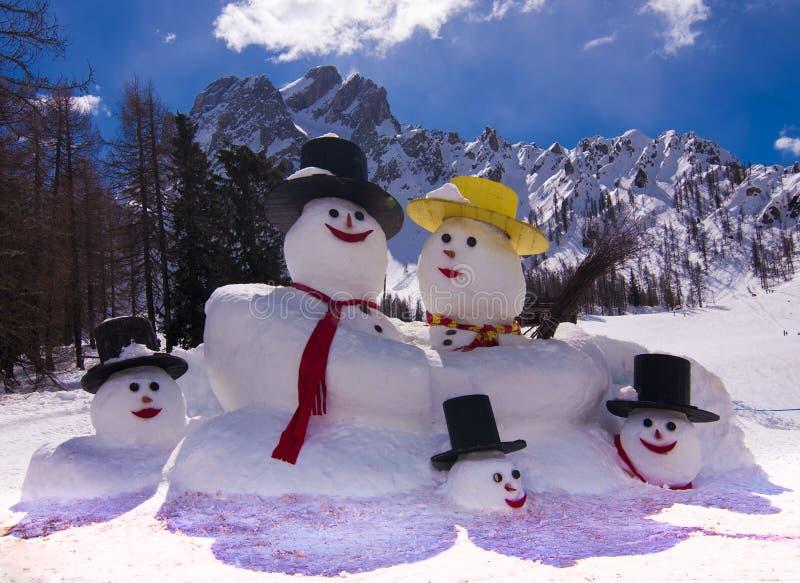 Muñeco de nieve en las montañas italianas imagenes de archivo
