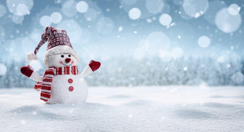Muñeco de nieve feliz en secenery del invierno imagenes de archivo