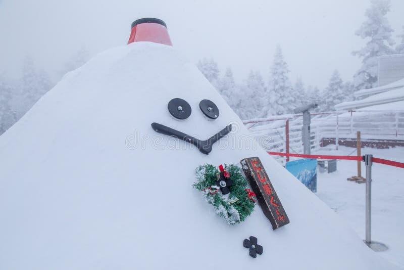 Muñeco de nieve gigante de la sonrisa en la estación de Shin-Hotaka, montañas de Japón fotografía de archivo libre de regalías