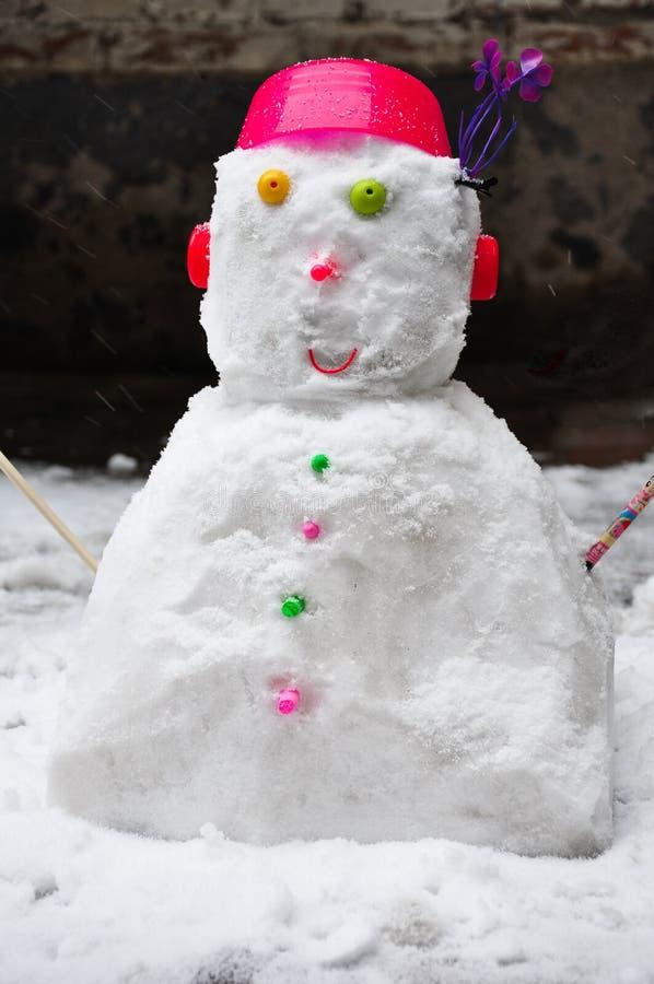 Muñeco de nieve hecho por los niños en invierno imagen de archivo libre de regalías