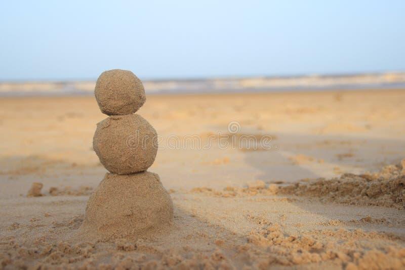 Muñeco de nieve de la arena para los que celebran Año Nuevo por el mar fotografía de archivo libre de regalías