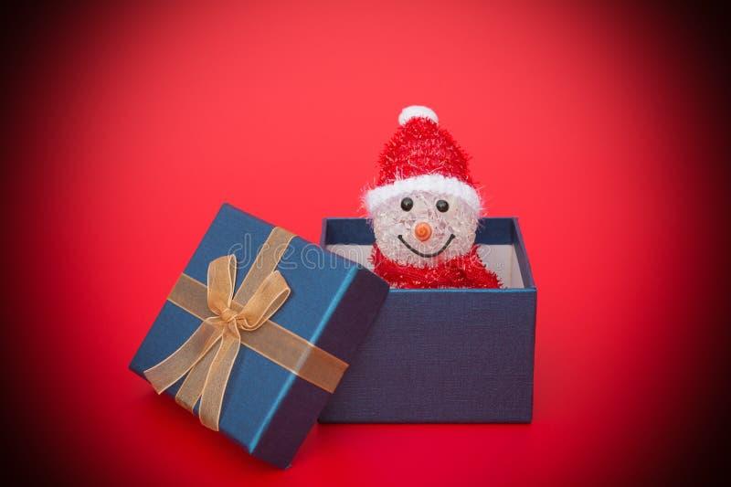 Muñeco de nieve sonriente de la Navidad del juguete en una actual caja imagen de archivo