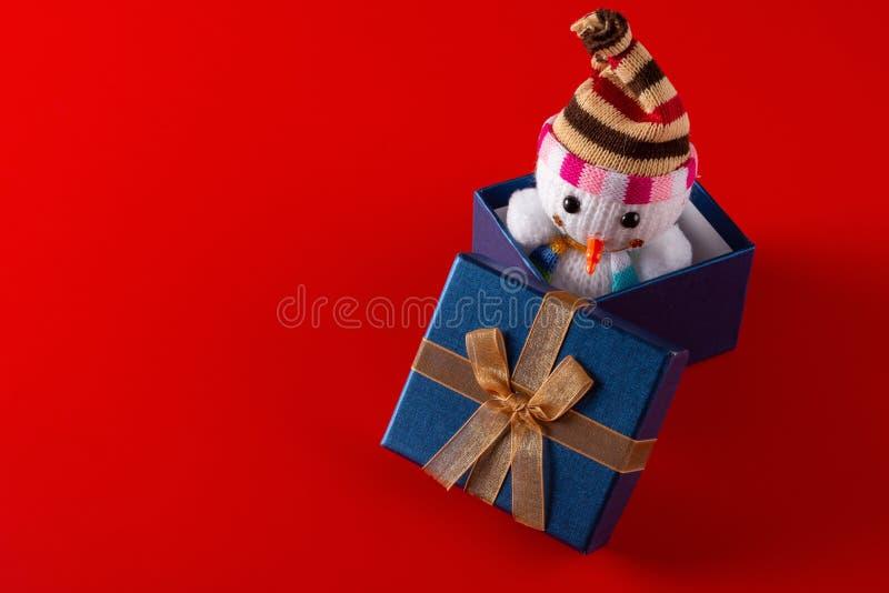 Muñeco de nieve sonriente de la Navidad del juguete en una actual caja foto de archivo libre de regalías