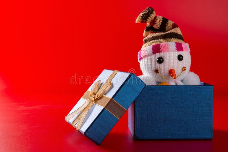 Muñeco de nieve sonriente de la Navidad del juguete en una actual caja fotos de archivo