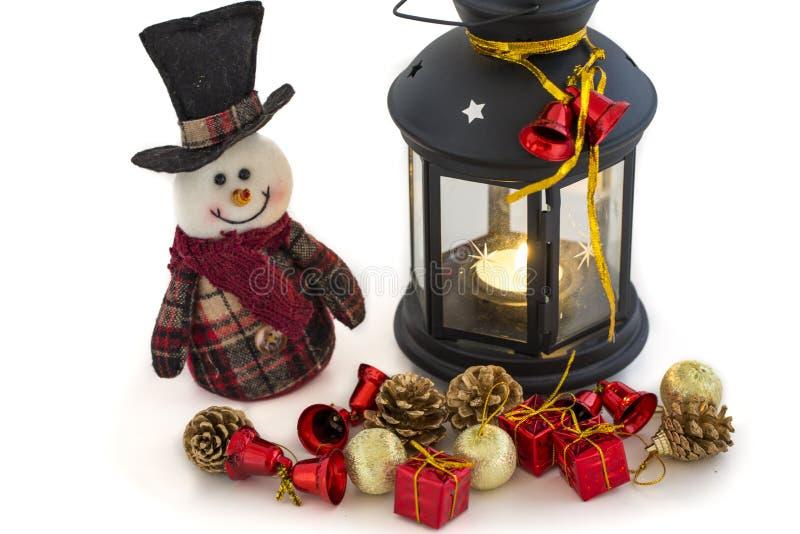 Muñeco de nieve y linterna con las decoraciones de la Navidad en el fondo blanco fotos de archivo libres de regalías