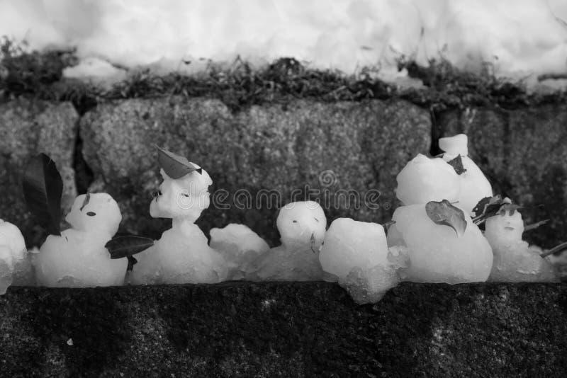 Muñecos de nieve de fusión imagen de archivo libre de regalías