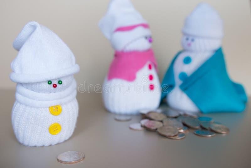 Muñecos de nieve familia y dinero imagenes de archivo