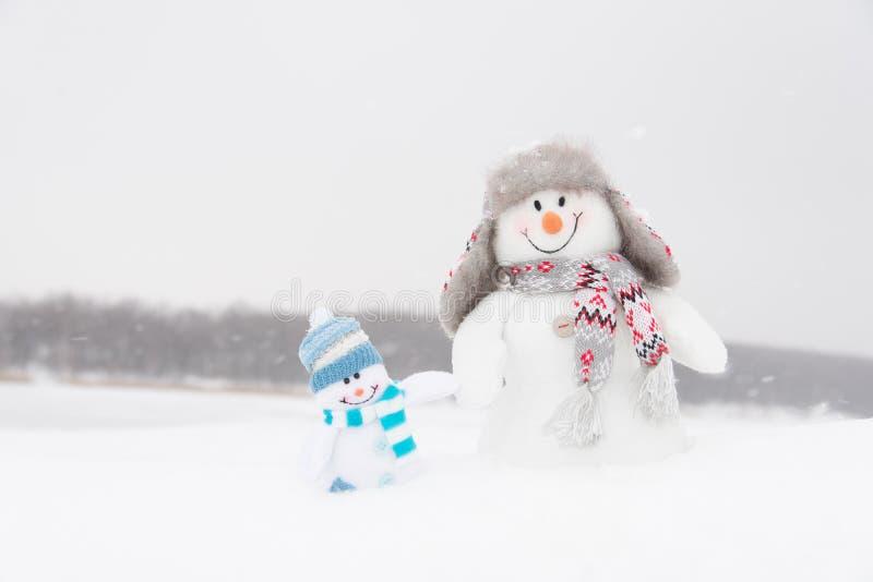 Muñecos de nieve felices familia o amigos del invierno fotos de archivo libres de regalías
