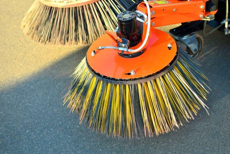 Muśnięcia dla czyścić ulicy załatwiają na samochodzie obrazy stock
