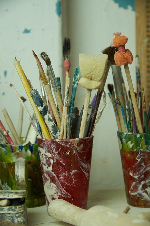 Muśnięcia, gąbki i narzędzia dla artysty obrazu garncarstwa, obraz stock