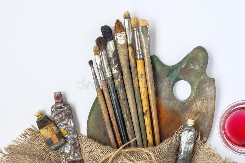 Muśnięcia, paleta, tubki z farbą i rozpuszczalnik, zdjęcia royalty free