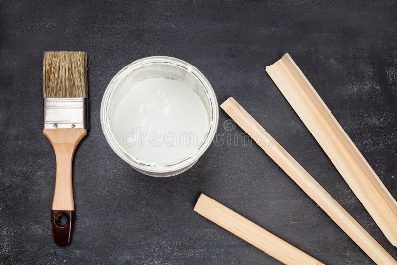 Muśnięcie i farba na drewnianym zdjęcie stock