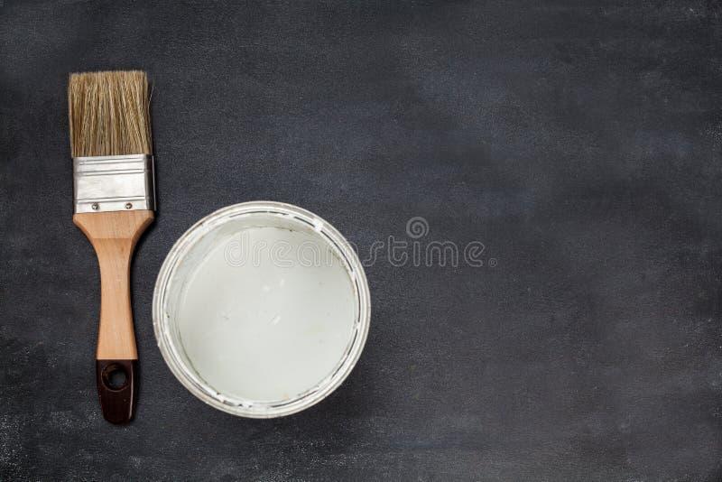 Muśnięcie i farba na drewnianym obraz stock