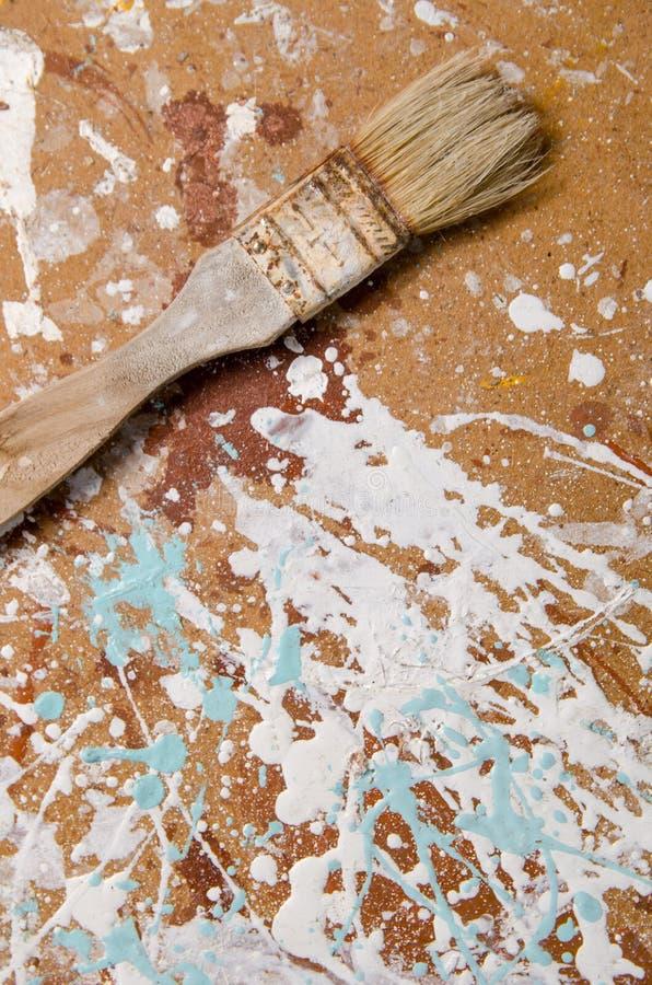 Muśnięcie na hardboard plamiącym z farbą Pionowo widok zdjęcie royalty free