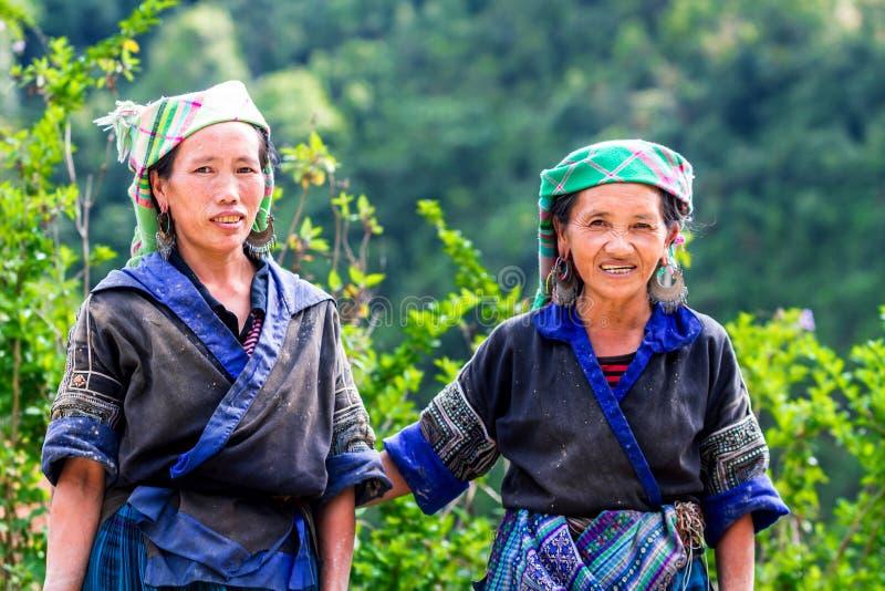 MU CANG CHAI, YENBAI, VIETNAM - JUNI 04, 2011 - oidentifierade etniska kvinnor med deras traditionella dräkter royaltyfri fotografi